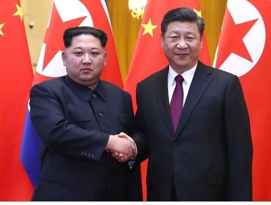 시진핑 주석(우)과 김정은 위원장이 악수하고 있다 [사진 신화망]