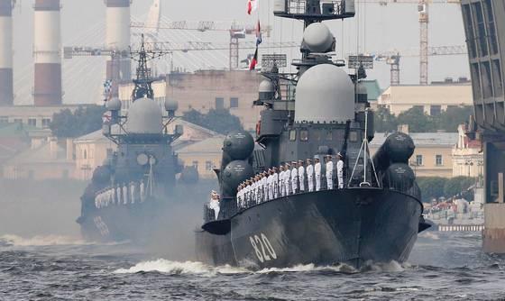 지난해 7월30일(현지시간) 러시아 해군의 날을 맞아 상트페테르부르크 인근에서 선상 퍼레이드를 벌이고 있는 러시아 해군. [AFP=연합뉴스]