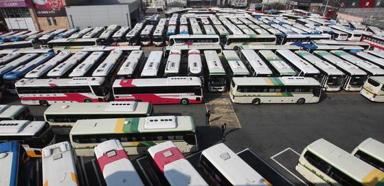 7월부터 근로시간 줄어들면 중소 도시를 운행하는 시내버스와 시외버스 등은 인력 부족으로 상당수 차를 세워둬야 하는 상황에 놓여 있다. [중앙포토]