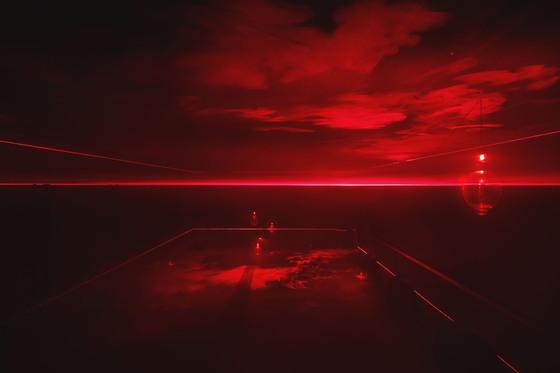 """설치작가 부지현은 몇 줄기의 빛과 연기, 그리고 집어등으로 밤바다와 같은 풍경을 만들어냈다. 그는 '바쁜 현대인에게 필요한 것은 내면에 집중할 수 있는 공간""""이라고 말했다. [사진 아라리오뮤지엄 인 스페이스]"""