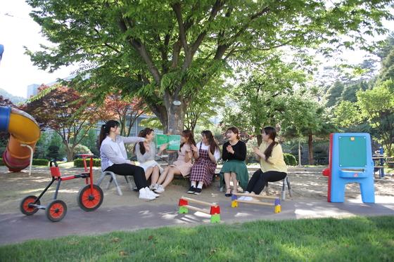 연성대 유아교육과 학생들이 부속유치원에서 교육실습을 진행하고 있다.