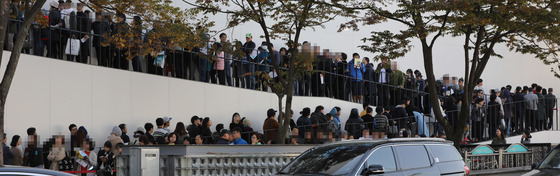 지난해 분양한 서울 강동구 상일동 고덕 아르테온 견본주택에서 청약 예정자들이 줄지어 입장을 기다리고 있는 모습.[ 중앙포토]