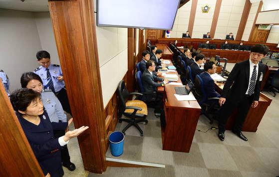 지난해 5월 박근혜 전 대통령이 서울중앙지법 417호 대법정에서 열린 첫 공판에 출석하는 모습. 당시 재판 시작 전 촬영이 허용됐었다. [중앙포토]