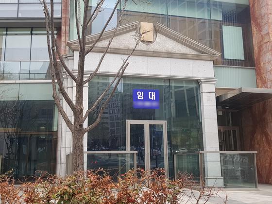 해외 고가 유명 브랜드 매장이 모여 있어 인기를 끌던 서울 청담동 '명품거리'에 빈 점포가 늘고 있다. 임대료는 오르고 고객은 줄어든 때문이다. [함종선 기자]
