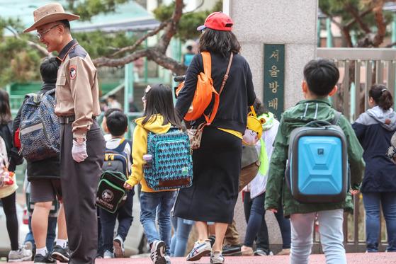 3일 오전 서울 서초구 방배초등학교에서 학부모들이 자녀들을 등교시키고 있다. [뉴스1]