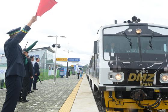 강원도 철원 백마고지역으로 들어오는 코레일 DMZ 열차. [중앙포토]
