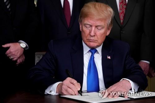 도널드 트럼프 미국 대통령. 트럼프 행정부는 최근 중국산 수입품에 고율 관세를 부과한다고 예고해 '무역 전쟁'의 막을 열었다. [로이터=연합뉴스]