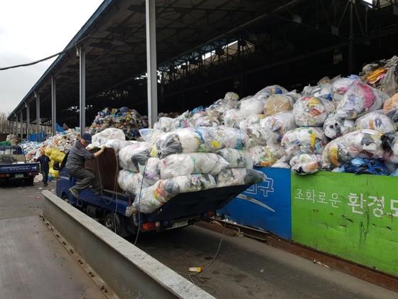 지난 3일 오전 서울 양천구의 재활용 쓰레기 선별장에서 수거 트럭이 재활용 쓰레기들을 내리고 있다. 임선영 기자