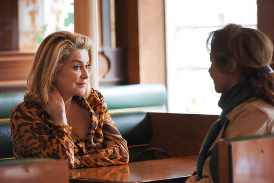 영화 <더 미드와이프>에서 클레어의 새엄마 베아트리체 역을 맡은 까뜨린느 드뇌브. [사진 브리즈픽처스 제공]