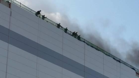 4일 오후 경기도 파주시 월롱면 LG디스플레이 폐수처리장 신축 현장에서 불이 나 대피한 근로자들이 구조를 기다리고 있다. [사진 파주소방서]