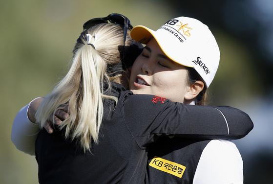 승부가 갈린 8차 연장 직후, 박인비(오른쪽)가 우승한 린드베리를 안아주고 있다. [사진 LPGA]