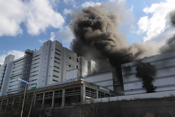 4일 오후 경기도 파주시 월롱면 LG디스플레이 공장에서 불이 나 검은 연기가 피어오르고 있다. [연합뉴스]