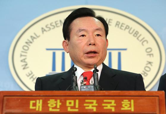 자유한국당 이인제 전 의원이 3일 오전 국회 정론관에서 충남도지사 출마 기자회견을 하고 있다. [연합뉴스]
