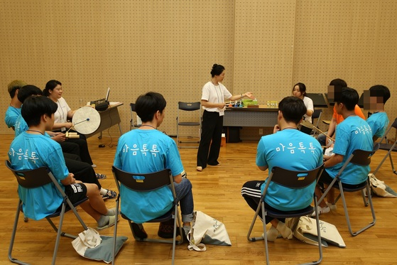 '위기청소년 마음톡톡'에 참여한 청소년들이 음악과 예술을 통한 치유 프로그램을 체험하고 있다. [사진 GS칼텍스]