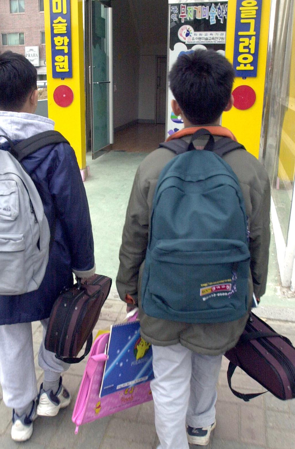 학교를 마친 뒤 수많은 준비물을 들고 학원으로 가는 초등학생. [중앙포토]