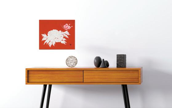 화사한 꽃 그림은 작은 사이즈만으로도 공간에 활력을 불어넣기 충분하다. 강렬한 붉은 바탕에 흰색 함박꽃과 나비가 돋보이는 오순경 작가의 '함박초충도.'