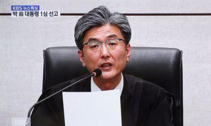 김세윤 부장판사는 6일 오후 3시 50분쯤 박근혜 전 대통령에게 징역 24년을 선고했다. [KBS 캡쳐]