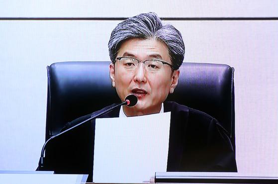 김세윤 부장판사가 6일 박근혜 전 대통령 1심 형량을 판결하고 있다. [사진 TV캡쳐]