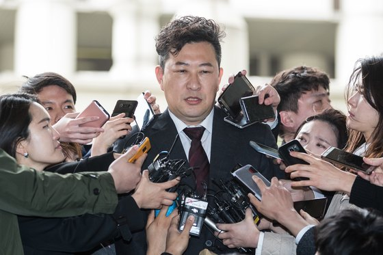 강철구 국선 변호사가 6일 서울 서초구 중앙지법에서 열린 박근혜 전 대통령에 대한 1심 선고공판을 마친 후 취재진 질문에 답하고 있다. [뉴스1]
