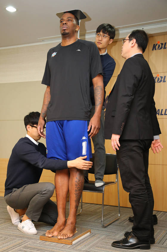 6일 오후 프로농구 KCC의 외국인 선수 찰스 로드가 서울 강남구 신사동 KBL 센터에서 키를 측정하고 있다. KBL 프로농구는 다음 시즌부터 외국인 선수의 키를 200㎝ 이하로 제한할 예정이다. 로드는 이날 측정에서 기존 200.1cm 보다 작은 199.2cm를 기록해 다음 시즌에도 한국 프로농구에서 뛸 수 있게 됐다. [연합뉴스]