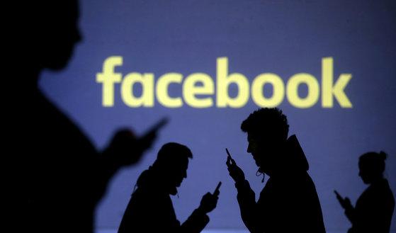 회원 정보 유출 사태로 페이스북 주가는 하락세다. [로이터=연합뉴스]