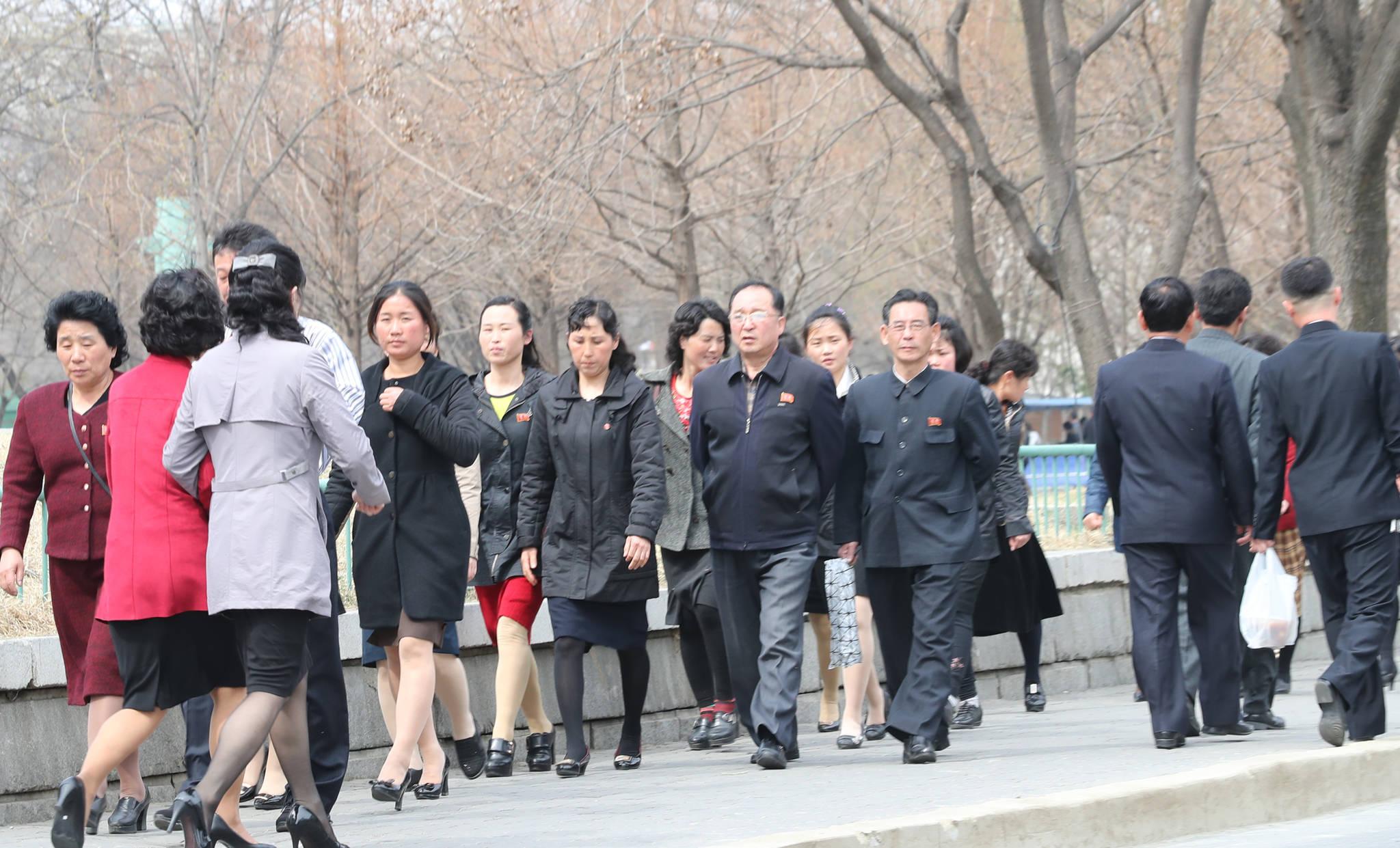 지난 2일 오후 평양 모란봉으로 가는 길에서 시민들이 오가고 있다. 사진공동취재단