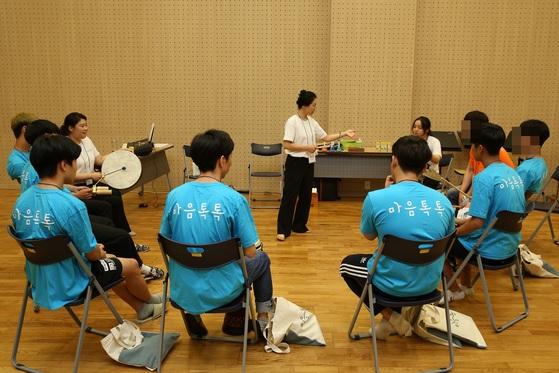 '위기청소년 마음톡톡'에 참여한 청소년들이 음악 강좌를 듣고 있다. [사진 GS칼텍스]
