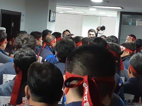 카메라 뒤 카허 카젬 한국GM 사장이 사장실로 난입한 노조원들과 대치하고 있다. [사진 한국GM]
