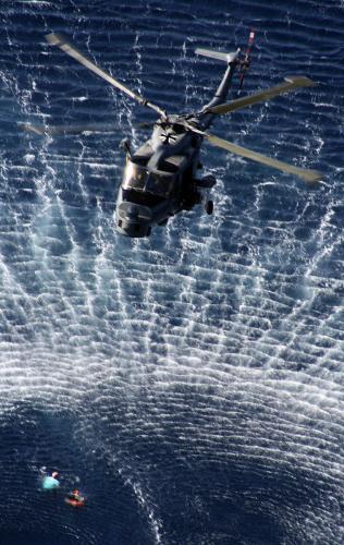 2008년 소말리아 인근 아덴만 해상에서 소말리아 해적에게 납치됐다 바다로 탈출한 영국·아일랜드 국적의 선원 3명을 독일 해군 헬기가 구출하고있다. [아덴만 AFP = 연합뉴스]