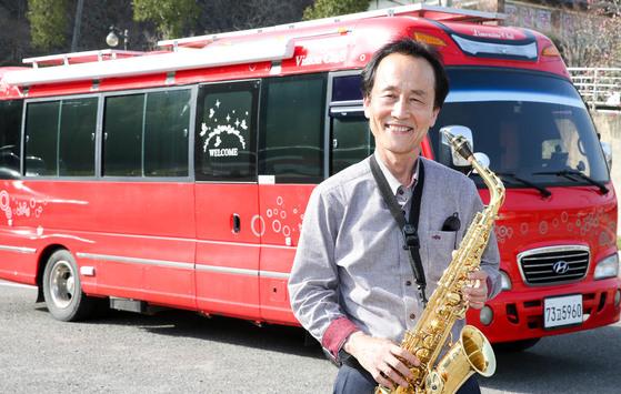 교사를 명예퇴직한 뒤 퇴직금으로 마련한 미니 버스 앞에서 포즈를 취한 김승식씨. [프리랜서 장정필]