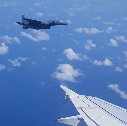 민항기 호위하는 싱가포르 공군 전투기. [싱가포르 국방장관 페이스북 캡처]