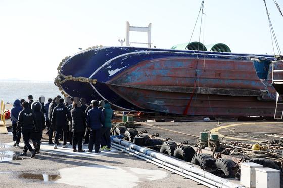 지난해 12월 영흥도 낚싯배 전복 사고로 15명이 사망했다. 인양된 선체의 모습. [연합뉴스]