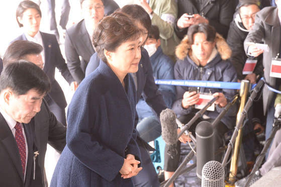 박근혜 전대통령이 21일 서울중앙지검 소환에 응해 청사에 들어서고 있다. [중앙일보]