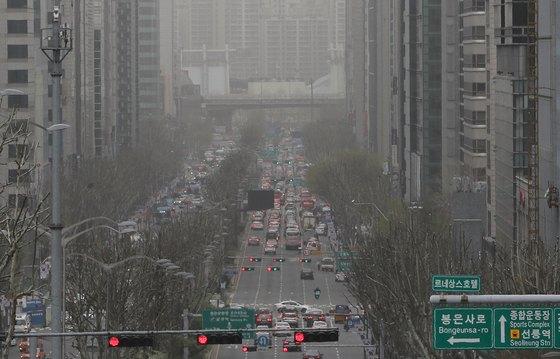 서울을 비롯한 전국 대부분 지방에 미세먼지주의보가 내려진 6일 오후 서울 테헤란로 일대가 뿌옇다. 기상청은 고비 사막과 내몽골에서 발원한 황사가 내륙으로 유입되면서 미세먼지 농도가 크게 치솟았다고 밝혔다. [뉴스1]