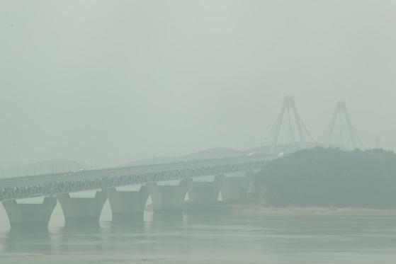 지난 3월 29일 오후 인천시 서구 경인아라뱃길 아라타워 전망대에서 바라본 영종대교가 뿌옇게 보이고 있다. 기날 기상청은 미세먼지와 더불어 중국발 황사가 북한 상공을 지나면서 우리나라에 영향을 줄 수 있다고 밝혔다. 뉴스1