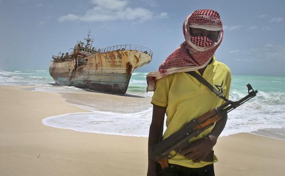 2012년 대만 어선을 납치했다가 석방 합의금을 받고 풀어준 뒤 어선 앞에서 포즈를 취한 소말리아 해적. [AP=연합뉴스]
