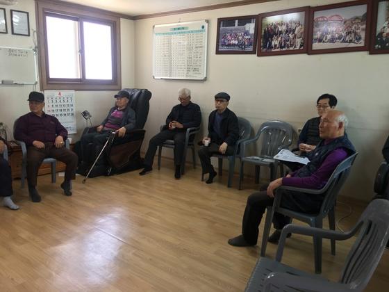박근혜 대통령 1심 선고가 있었던 6일 오후 대구 달성군 옥포면 강림2리 경로당에서 어르신들이 모여 생중계를 보고 있다. 백경서 기자