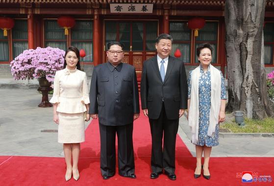 3월 25~28일 중국을 방문한 김정은 부부가 시진핑 내외와의 오찬에서 기념 촬영하는 모습. [연합뉴스]