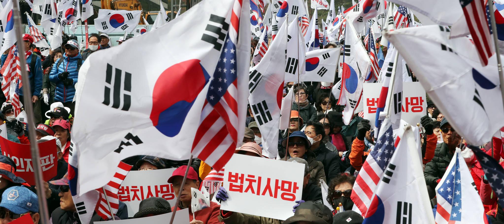 박근혜 전 대통령의 1심 선고 공판이 열린 6일 오후 서초구 서울중앙지법 앞에서 박 전 대통령 지지자들이 석방을 요구하는 집회를 하고 있다. 김경록 기자