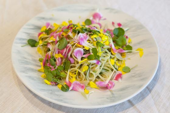 오일 파스타 위에 꽃잎 조금 얹었을 뿐인데 시선을 강탈하는 압도적인 비주얼의 한 접시, 봄꽃 파스타가 만들어졌다. 전유민 인턴기자