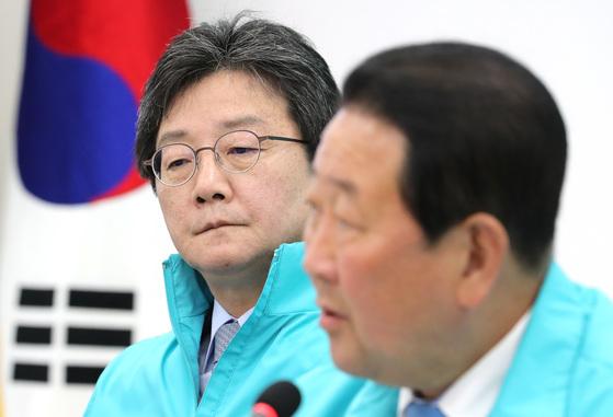 바른미래당 유승민 공동대표(왼쪽)가 6일 오전 국회에서 열린 최고위원회의에서 박주선 공동대표의 발언을 들으며 생각에 잠겨있다. [연합뉴스]