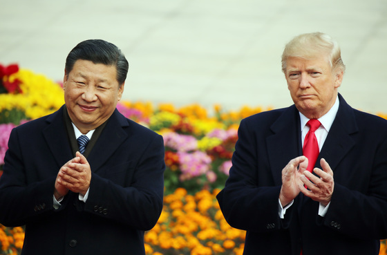 지난해 11월 중국 베이징 인민대회당에서 열린 도널드 트럼프 미국 대통령 방중 환영행사에서 시진핑 중국 국가주석과 트럼프 대통령이 박수를 치고 있다. [연합뉴스]
