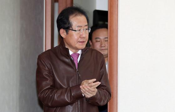 홍준표 자유한국당 대표는 30일 서울 여의도 당사에서 '사회주의 개헌저지 투쟁본부 위원장 임명식 수여식'을 갖고 위원장에 김무성 의원·이재오 상임고문·김문수 전 의원 3명을 각각 임명했다. 홍 대표가 입장하고 있다.