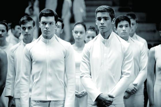 영화에서 모든 시민들은 감정이 통제 당한 채 흰색 옷만 입고 살아간다. [영화 더 기버]