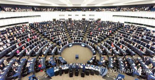 내년 5월 유럽의회 총선을 앞두고 있는 유럽연합(EU)은 선거를 대비해 소셜미디어 상의 가짜뉴스를 규제할 준비를 하고 있다. [AP=연합뉴스]