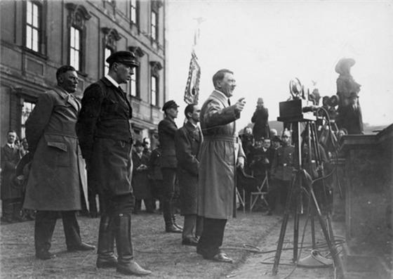 1932년 4월 히틀러가 유세하고 있다. 괴벨스(히틀러 뒤편 바로 왼쪽)에 의하면 나치는 독일국민에게 어떤 것도 강요하지 않았고 독일국민이 나치를 선택했다. 그리고 독일국민은 그 대가를 치렀다. [중앙포토]