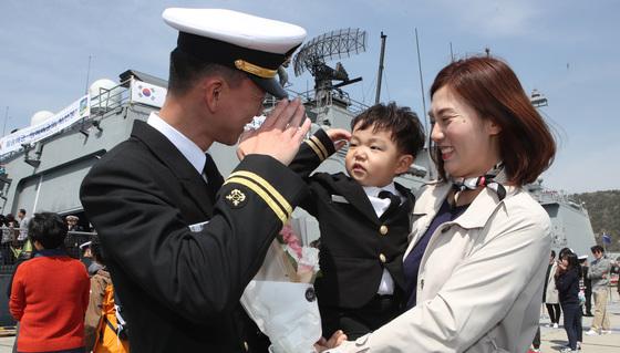 이현준대위(왼쪽) 아들 이희승(4세)군이 6개월만난 아빠에게 경례를 하고 있다.송봉근 기자