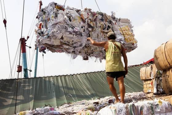 중국의 폐플라스틱 수입 중단 선언은 한국의 쓰레기 수거 대란으로 이어졌다. 지난해 9월 홍콩 차이완 항만에 정박돼 있는 폐기물 운송선. [EPA=연합뉴스]