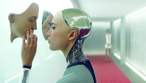 AI가 인간의 능력을 뛰어넘는 특이점 시대의 모습을 그린 '엑스 마키나'. AI는 모든 능력에서 인간보다 뛰어나고 사람의 감정도 흉내낼 수 있다. [사진 영화 캡쳐]