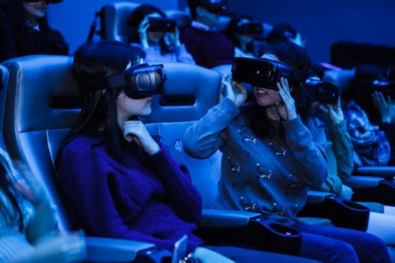 관객들이 최초로 4D VR로 제작된 영화 '기억을 만나다' 기술 리허설에 참여하고 있다. 같은 공간에서 영화를 보고 있지만 보고 싶은 방향에 따라 각기 다른 각도에서 시청이 가능하다. [사진 (주)바른손이앤에이]